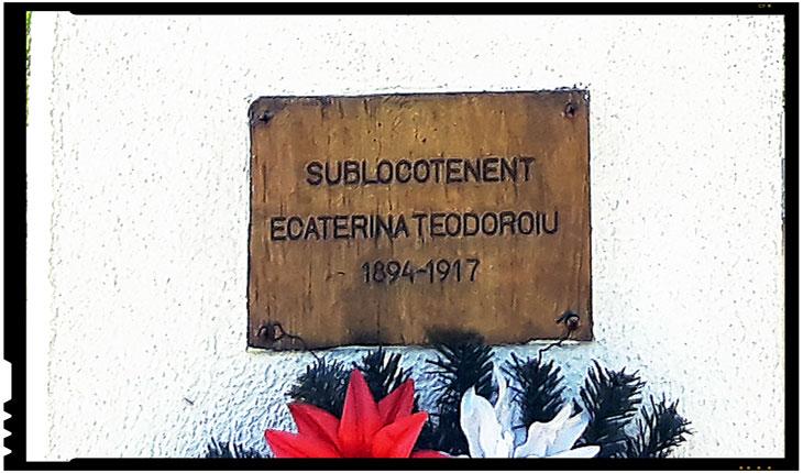 """În soarele puternic este greu de recunoscut chipul angelic al Ecaterinei în reprezentarea sculpturală, asta până îți arunci privirea pe plăcuța de pe soclul bustului pe care este inscripționată informația care îți atrage instant atenția și interesul: """"Sublocotenent Ecaterina Teodoroiu 1894 -1917""""."""