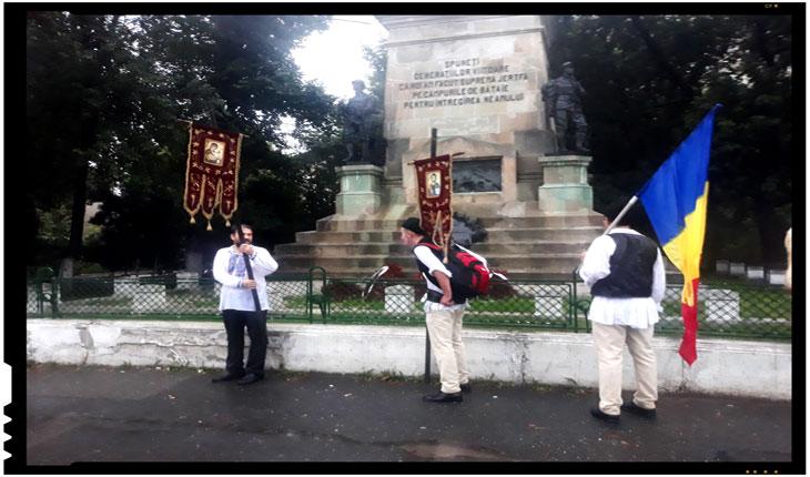 """După mulți kilometri de marș pe o ploaie torențială necruțătoare care s-a abătut la sfârșit de iulie asupra Bucureștiului, i-am găsit la punctul de final al marșului lângă Cotroceni trăgându-și sufletul aproape deStatuia geniului """"Leul""""."""