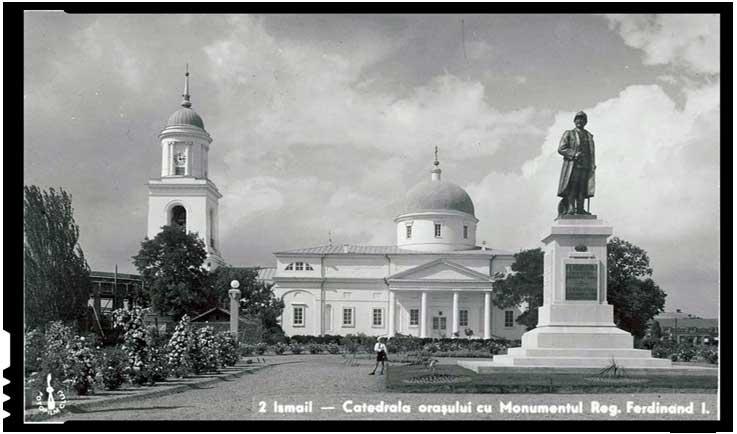 Orașul Ismail în timpul României Mari - Catedrala orașului cu monumentul Regelui Ferdinand I, anii 1930