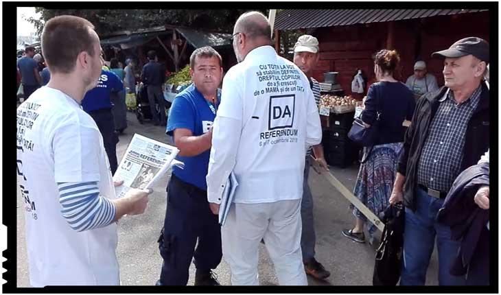 Revoltător! Voluntarii care promovau referendumul pentru căsătorie au fost agresați într-o piață din București, Foto: facebook.com/jurnaldereferendum