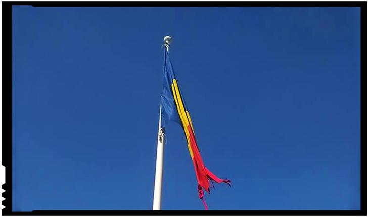 În timp ce politicienii români fac coadă să pupe în fund UDMR-ul, drapelul României de la Satu Mare este lăsat zdrențuit în vânt, Foto: facebook.com/sandu.cosma.908