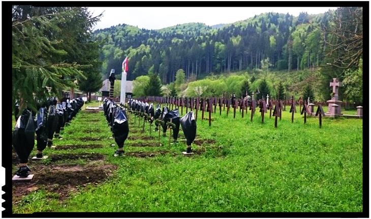 Culmea șovinismului la Valea Uzului: crucile soldaților români învelite în saci de gunoi, Foto: facebook.com/presedintecnmr
