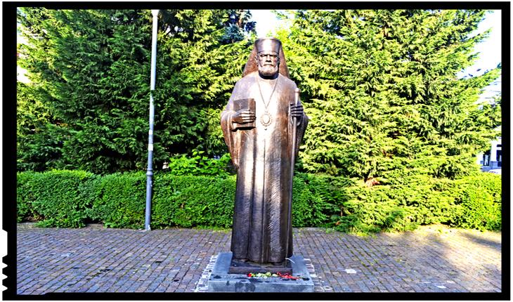 Controversă: statuile ierarhilor din fața Catedralei Ortodoxe de la Cluj, realizate de același sculptor care a creat în Spania și statuile celor care au incitat la crime și violuri