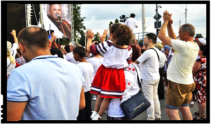 Festivalul Iei la Iași: Români dansând în ploaie, până la epuizare