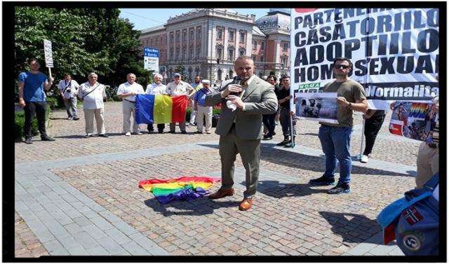 Steagul LGBT călcat în picioare, folosit ca preș, aruncat la gunoi și ars la Cluj-Napoca