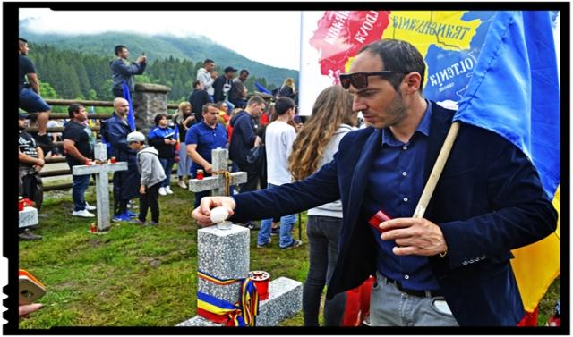 La pungile de gunoi de pe crucile românești, românii au răspuns aprinzând lumânări și curățind iarba la cele maghiare