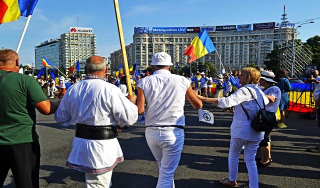 Români din toată Țara s-au prins în horă în fața Guvernului împotriva Codului Administrativ