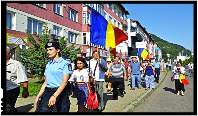 """Marș de protest la Piatra Neamț pentru Cheile Bicazului: s-a cântat """"Treceți batalioane române Carpații"""""""