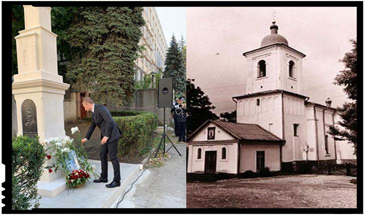 Monumentul, înalt de 4 metri și sculptat în România la Cluj-Napoca în piatră de Baschioi, a fost amplasat pe locul altarului vechii biserici demolata de sovietici în anul 1960.