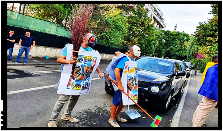Protest cu mături și fărașe la Ministerul pentru Românii de Pretutindeni , Foto: facebook / Iulia Modiga