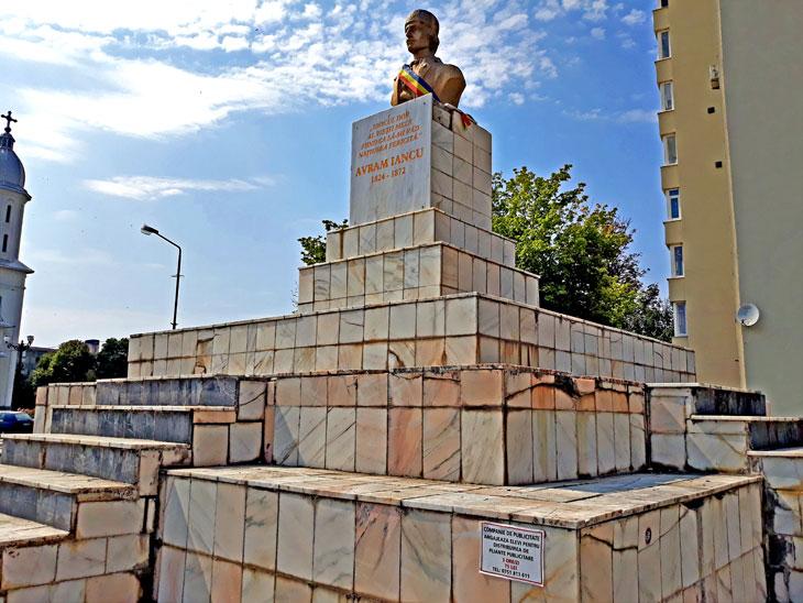 (VIDEO) Antiromânism la CAREI: ce firmă îndrăznește să reabiliteze soclul statuii lui AVRAM IANCU?