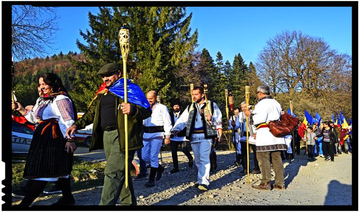 150 de torțe și-au făcut drum spre Cimitirul de la Valea Uzului, aducând lumină bradei înguste de cruci românești