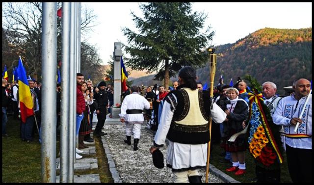 Pentru fiecare dintre cei 150 de eroi români s-a aprins o torță și s-a strigat PREZENT la Valea Uzului