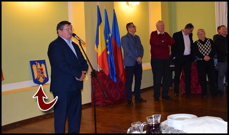 Leznațiune: stema României, așezată în spatele fundului primarului UDMR din Carei!, Foto: Buletin de Carei