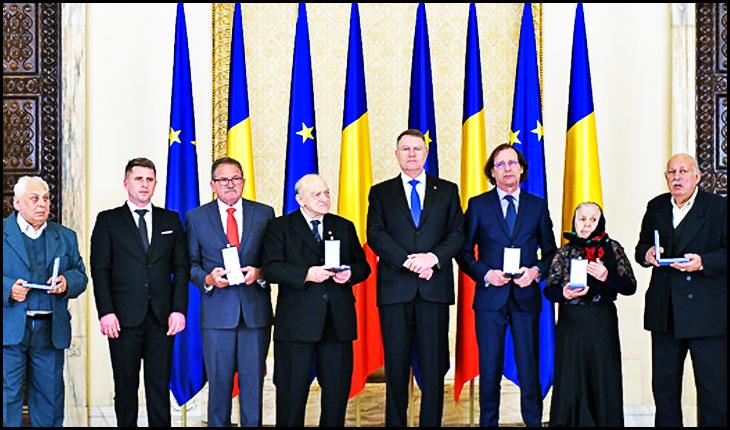 """Klaus Iohannis a decorat Institutul """"Elie Wiesel"""" cu Ordinul """"Meritul Cultural"""" în grad de Cavaler, Foto: presidency.ro"""