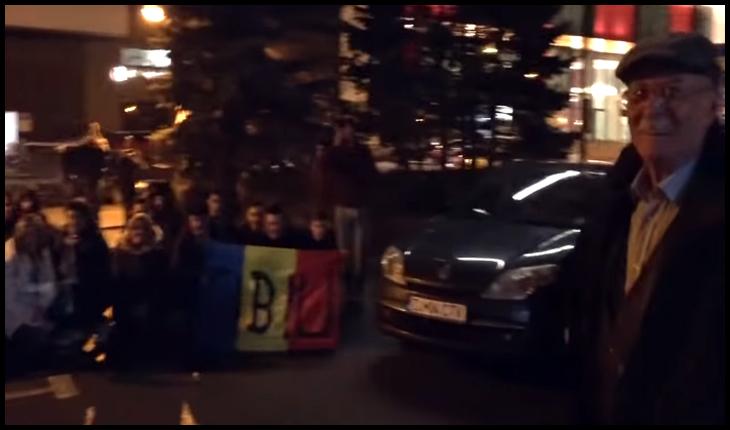 """(VIDEO) Tudor Gheorghe întâmpinat la Sibiu de români care i-au cântat: """"Acolo este țara mea, și neamul meu cel românesc!"""", Foto: captură foto youtube"""