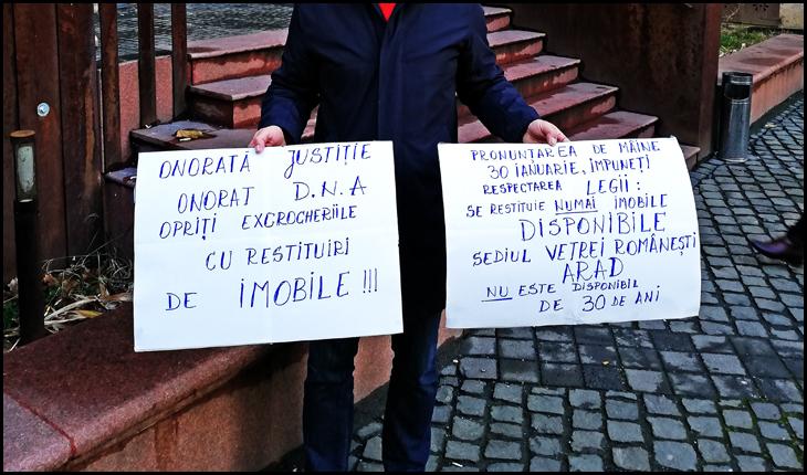 Președintele Uniunii Vatra Românească Arad protestând în faţa Curţii de Apel Timişoara