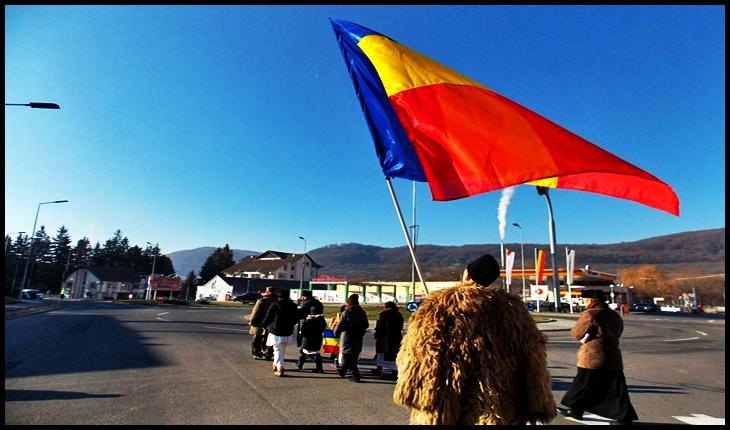 Foto: Tricolorul la Odorheiu Secuiesc pe când se cânta Imnul complet, Foto: Facebook / Mihai Tîrnoveanu