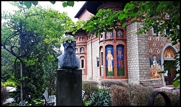 Bustul lui Nicolae Iorga de la IAȘI, din fața Bisericii Sfântul Nicolae-Copou din Iași. Unul dintre ctitorii bisericii este marele istoric Nicolae Iorga. Foto: © Glasul.info