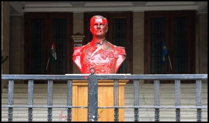 S-au convins și ungurii că Horthy a fost un criminal macabru? Bustul amiralului fără flotă, stropit cu vopsea roșie, Foto: Facebook / Novák Előd