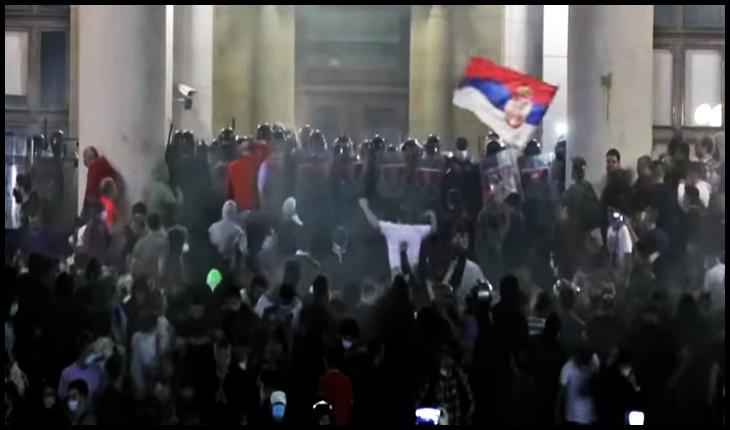 La Belgrad zeci de mii de oameni au ieşit în stradă şi au luat cu asalt Parlamentul