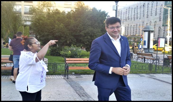 """Costel Alexe, fugărit de o bătrână din Piața Unirii din Iași: """"Mincinosule, cum poți spune că nu se taie ilegal lemn din România?"""""""