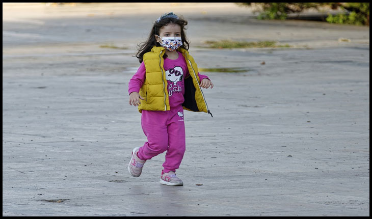 """Reacție dură la adresa secretarului de stat Andreea Moldovan: """"Vă provoc la câteva ture de teren în curtea şcolii, cu masca pe faţă!"""""""