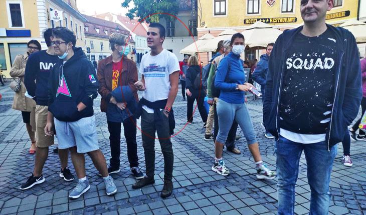 Tineri din Sibiu care se amuzau că este un WC în spatele statuii lui Gheorghe Lazăr