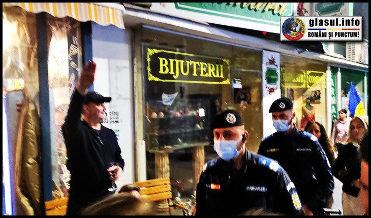 În loc să se alăture protestului de pe 2 Octombrie, bucureștenii de la terase făceau astfel de saluturi ostentative către protestatari, sub privirile îngăduitoare ale jandarmilor